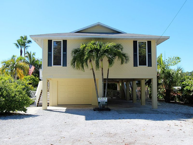 Beautiful AMIBeachClub north end elevated pool home. Minutes walk to the Gulf., holiday rental in Anna Maria