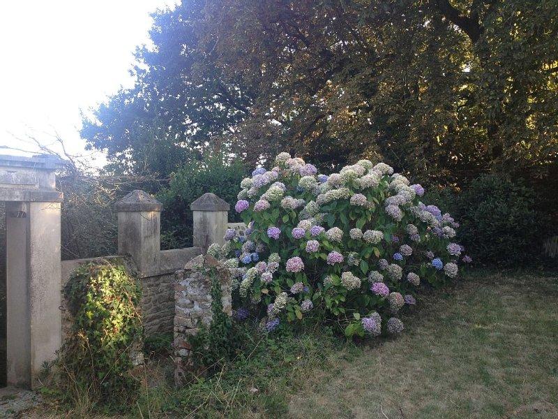 Charmante maison ancienne au calme avec jardin - Village et mer à pied, location de vacances à Arradon