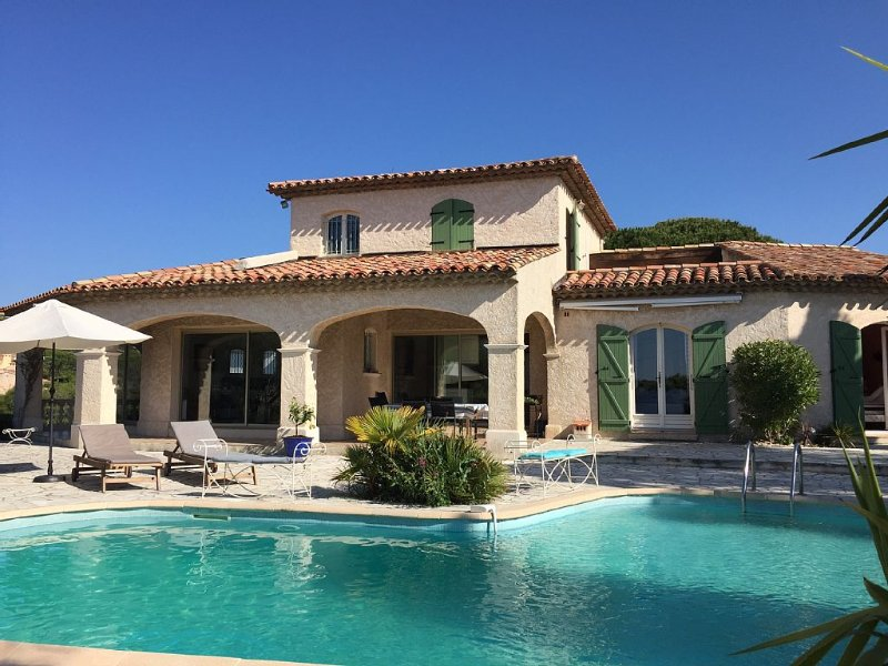 MAJESTIC AND LARGE VILLA WITH POOL 400 M FROM THE BEACH NEAR ST TROPEZ, Ferienwohnung in Fréjus