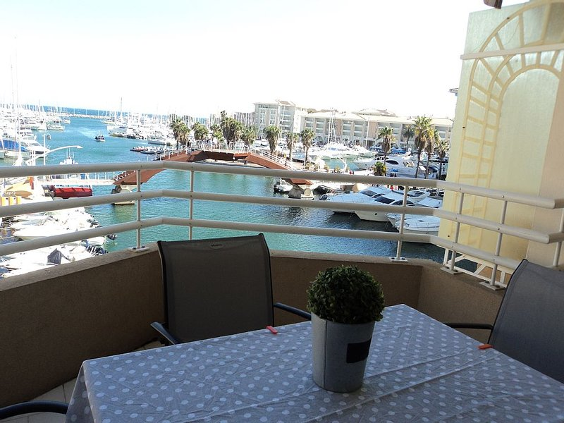 Très bel appartement vue magnifique sur le port, plein sud, Ferienwohnung in Fréjus