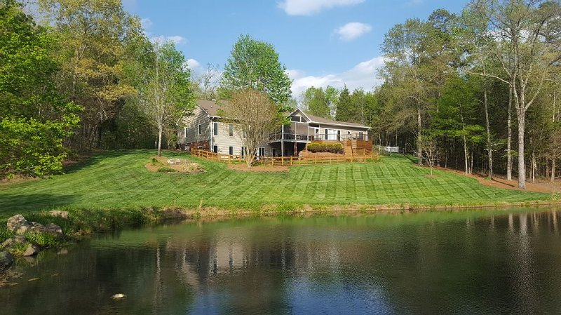 Private Home on 10 Acres with Pond!, holiday rental in Clemmons