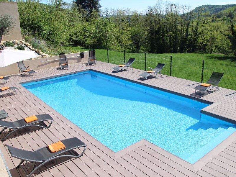 Grande maison en Ardèche avec piscine chauffée,jacuzzi 6p, literies et linges, casa vacanza a Le Teil