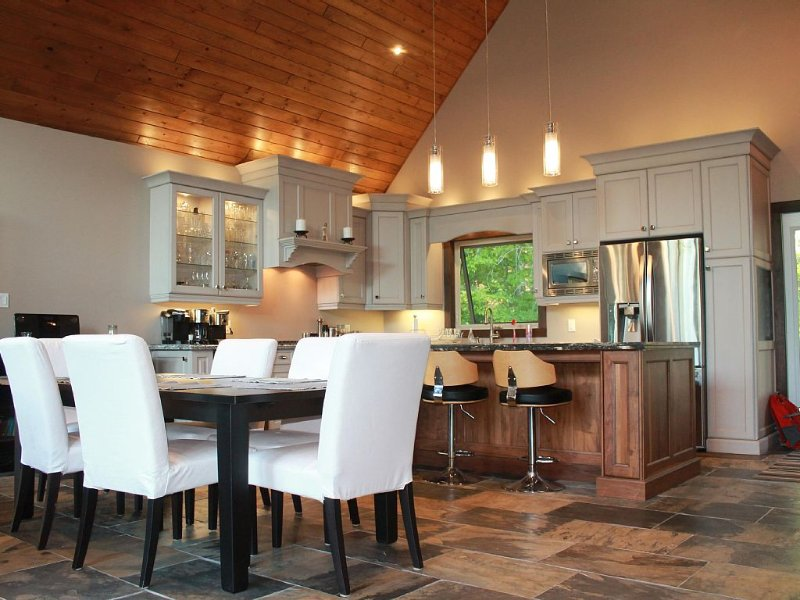 New Luxury Cottage in Muskoka that blends new finishes with a cottage feel, holiday rental in Big Chute
