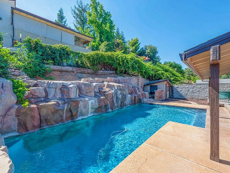 Gorgeous Lake View Home  With Cascading Waterfall Pool, holiday rental in Oregon House