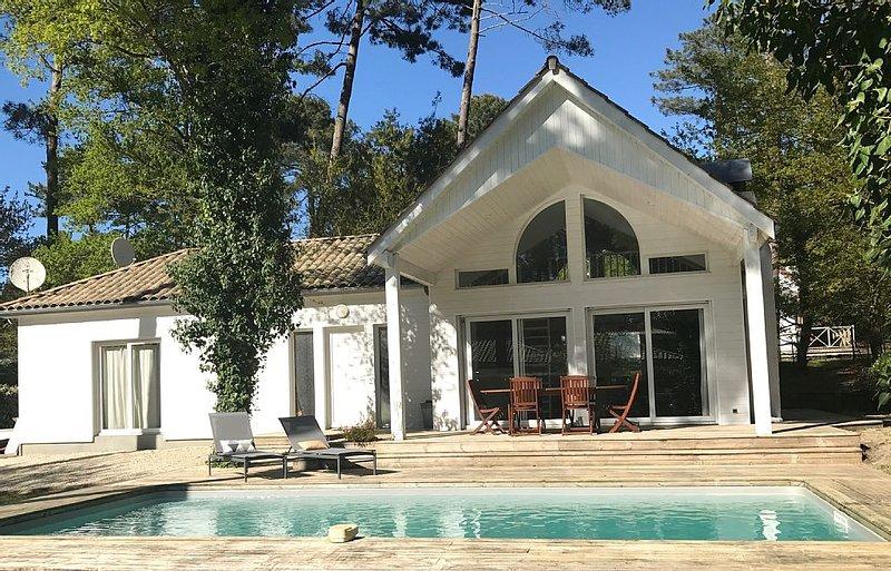 Charmante villa au calme avec piscine chauffée dans le domaine du golf, location de vacances à Biscarrosse