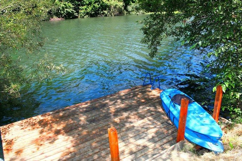 'Lily Pad' River Front! Dock!Hottub Gameroom!, holiday rental in Guerneville