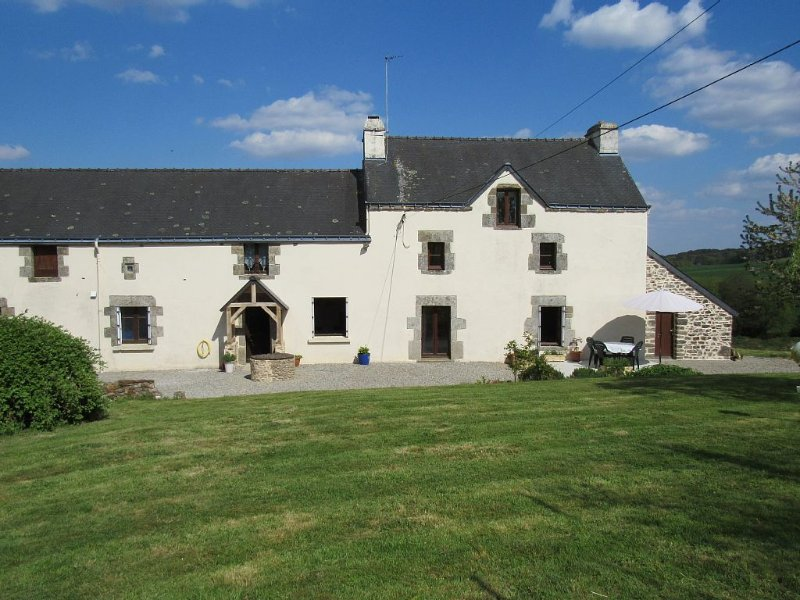 Nicely Restored Traditional Breton 'longère-style' Farmhouse – semesterbostad i Baud