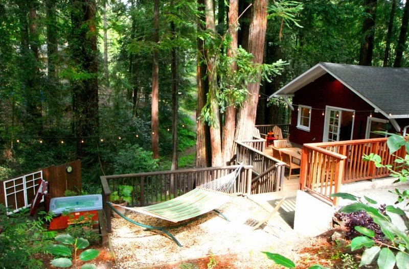 'Little Red House Plus!' Hot Tub! Walk to Golf Course!, location de vacances à Guerneville