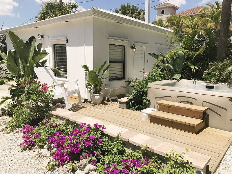 Charming Beachside cottage less than 30 steps from the beach!, vacation rental in Fort Myers Beach