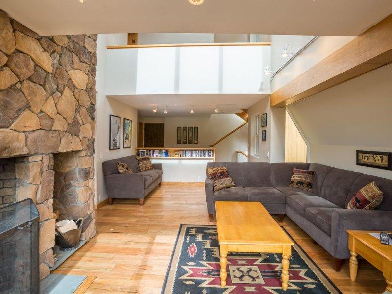 <center> Récemment mis à jour dans un style contemporain avec de beaux planchers de bois <center>