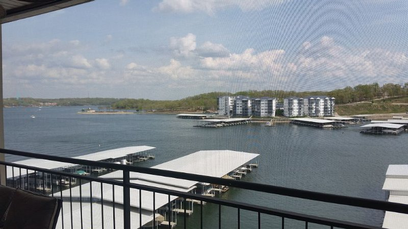 Newly Furnished! 3Bed/3 Bath, 55 X 10 Ft Balcony! Boat Option!!, holiday rental in Lake Ozark
