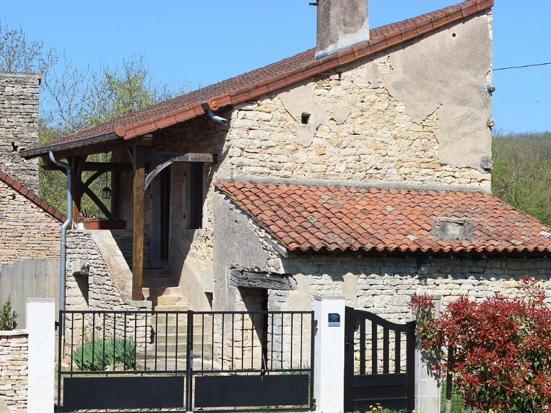 Gite 3 stars quiet situated 20 kms from Cluny, 15 km from Tournus, vacation rental in St Boil