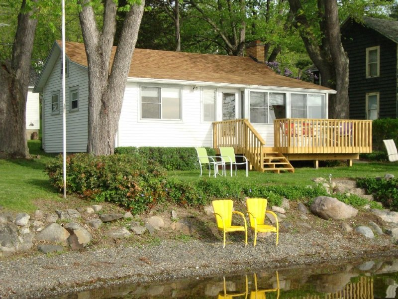 HONEOYE  LAKE - Reserve Your 2021  Vacation at  a  Cozy Lakefront Cottage, alquiler de vacaciones en Honeoye