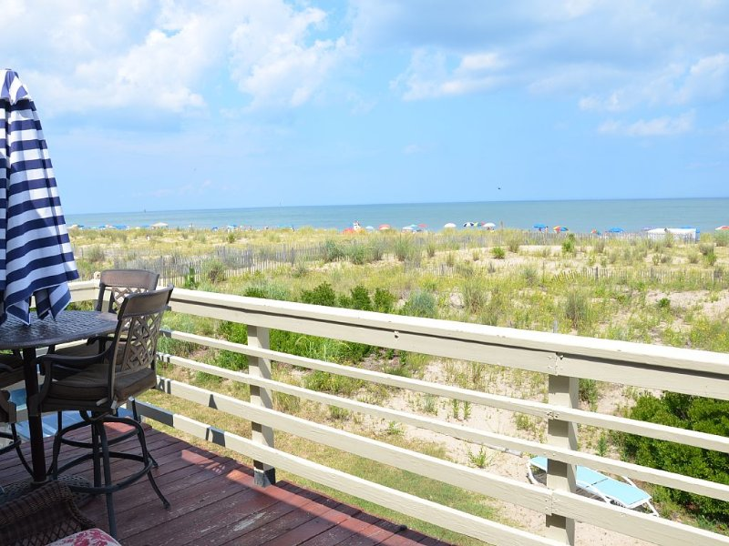 Direct Oceanfront Townhouse - Out the Door and Toes in the Sand!!, location de vacances à Dewey Beach