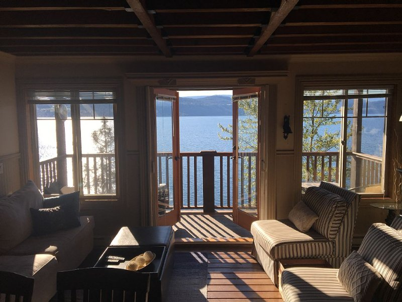 Lakefront family Cottage On Lake Okanagan with outdoor space and Private Buoy, casa vacanza a West Kelowna