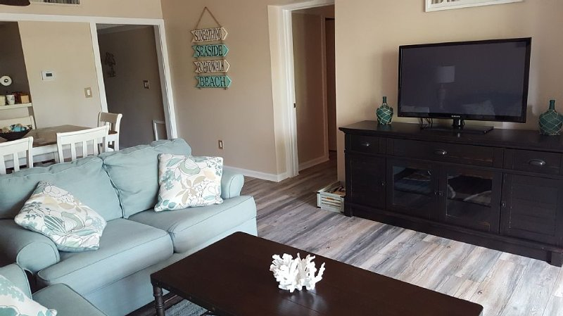 Newly Renovated, 2 BR/2 Bath Resort Atmosphere, Shopping and Entertainment, holiday rental in Myrtle Beach