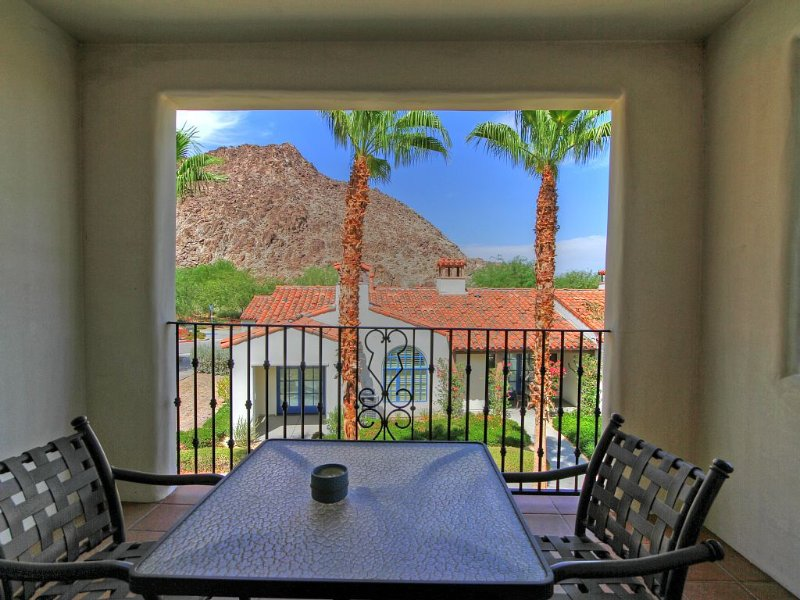 An Upstairs Legacy Villas Studio with a King Bed, Full Bath and Private Balcony!, holiday rental in La Quinta
