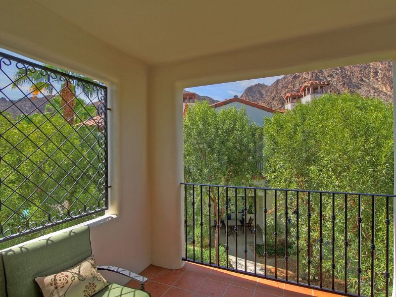 An Upstairs Legacy Studio with a King Bed steps from the Pool and Hot Tub!, holiday rental in La Quinta