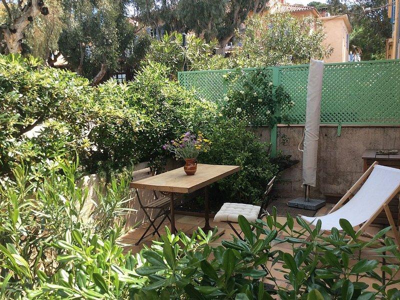 la terrasse du studio, sur la Place du village,