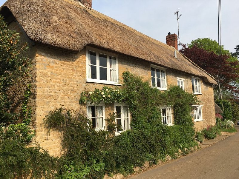 Idyllic thatched cottage,  Jurassic coast, walking distance to 2 great pubs., location de vacances à Toller Porcorum