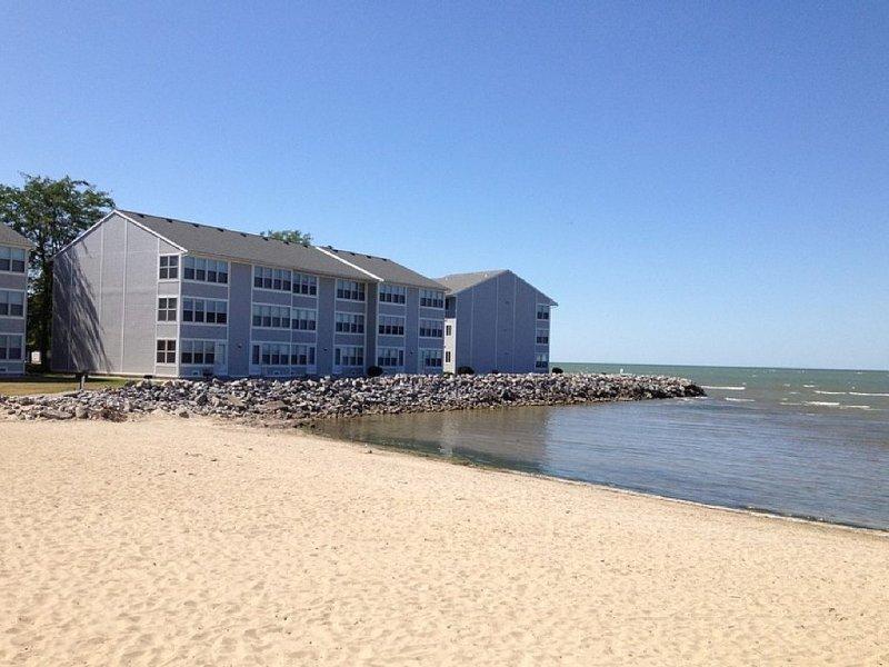 Lakefront Condo - Breathtaking View, Pool, Private Beach, Walk to Jet Express!!!, alquiler de vacaciones en Port Clinton