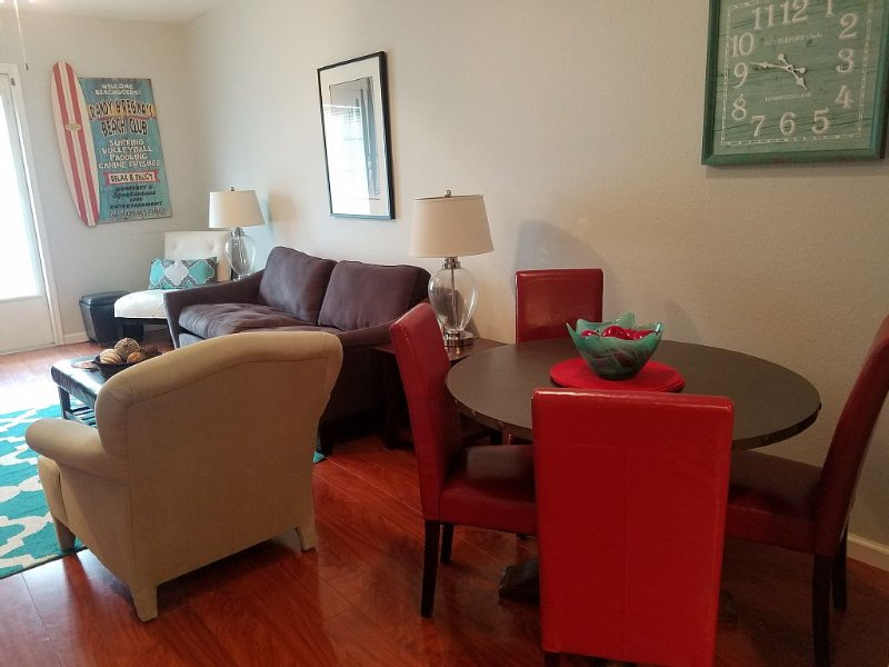 'Sandy Bottoms' is a Beautiful Condo Just 1 Block from the Beach!, alquiler de vacaciones en Chapman Ranch