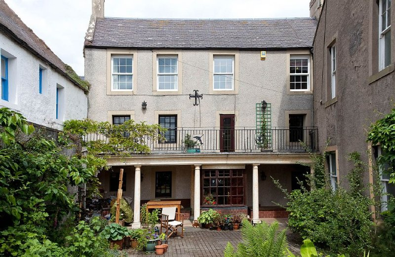 Townhouse With Secluded Garden In Charming Village, holiday rental in Duns