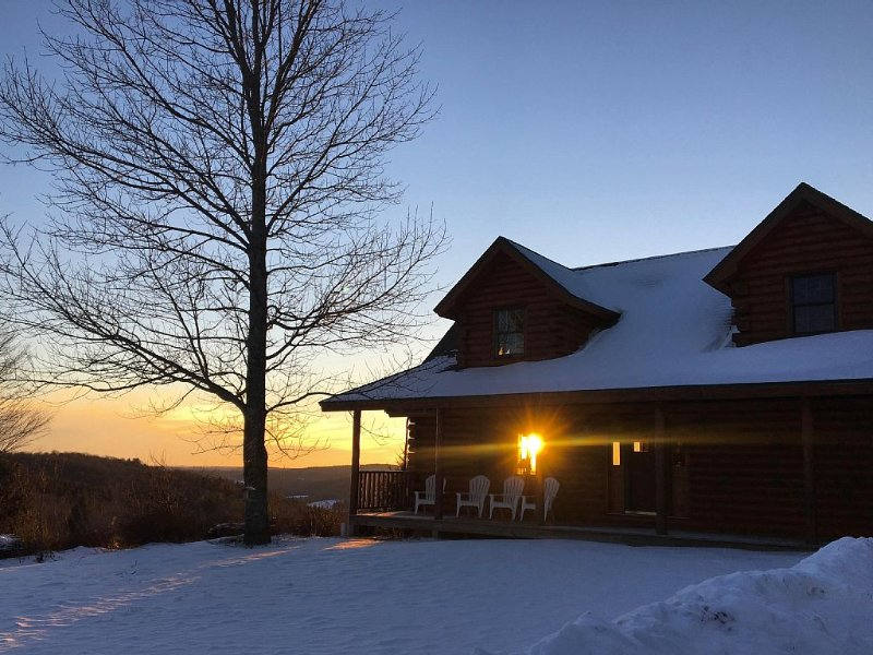 The MOST private, beautiful Log Home for up to 12 guests. 10 min to Dreams Park, aluguéis de temporada em Edmeston
