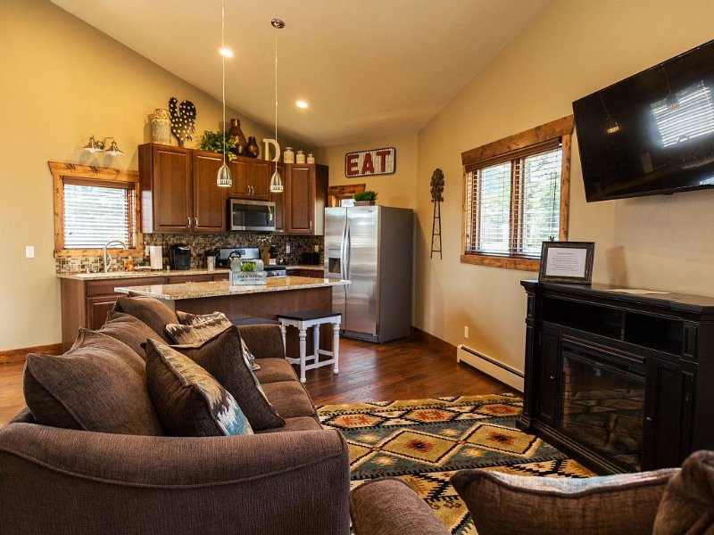 BEAUTIFUL VIEWS - 2nd story w/ Awesome granite - Close to town - 420 Friendly, alquiler de vacaciones en Estes Park