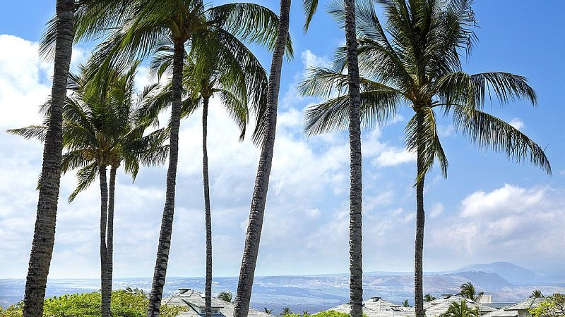 Walk to the Beach from this peaceful two bedroom/two bathroom condo, vacation rental in Waikoloa
