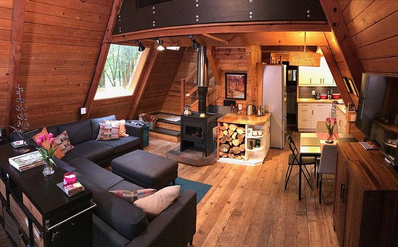 Rustic 70's A-Frame with a cozy modern interior., vacation rental in Glacier