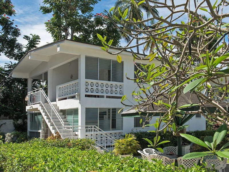 Comfortable Studio Apartment - Beach 40 yards, Holetown 400 yards, vacation rental in Holetown