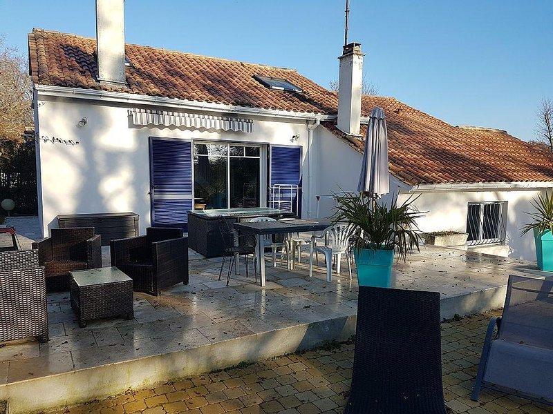 Spacieuse  villa 237 m2 avec piscine Plus12 personnes près de Bordeaux, casa vacanza a Sadirac