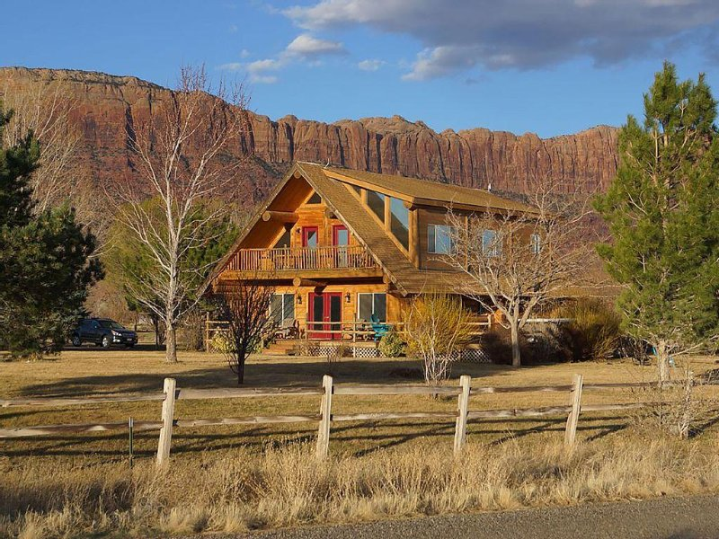 SENDERO - beautiful log home. 10 min from downtown Moab. Sleeps 17! Huge yard!, location de vacances à La Sal