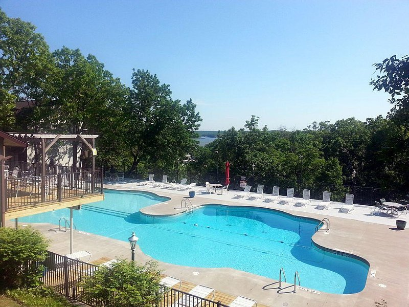 BOOK 6 NIGHTS & 7 TH NIGHT IS FREE!  LAKEFRONT GORGEOUS VIEWS! 2BR/2BA, holiday rental in Lake Ozark