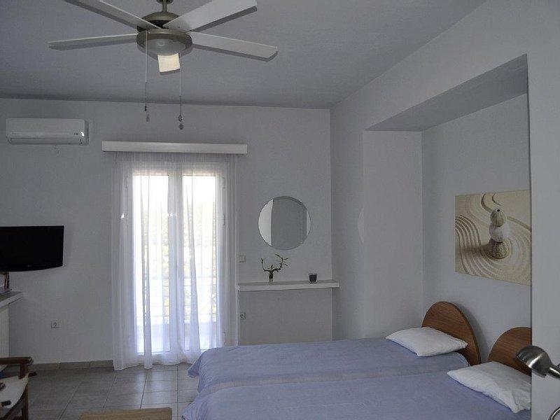 Sea Urchin: Studio with balcony and top sea view in a peaceful area, aluguéis de temporada em Ermioni