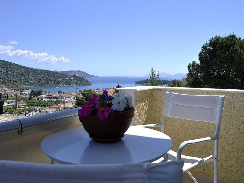 The Sea Urchin: Studio with balcony and top sea view in a peaceful area, aluguéis de temporada em Ermioni