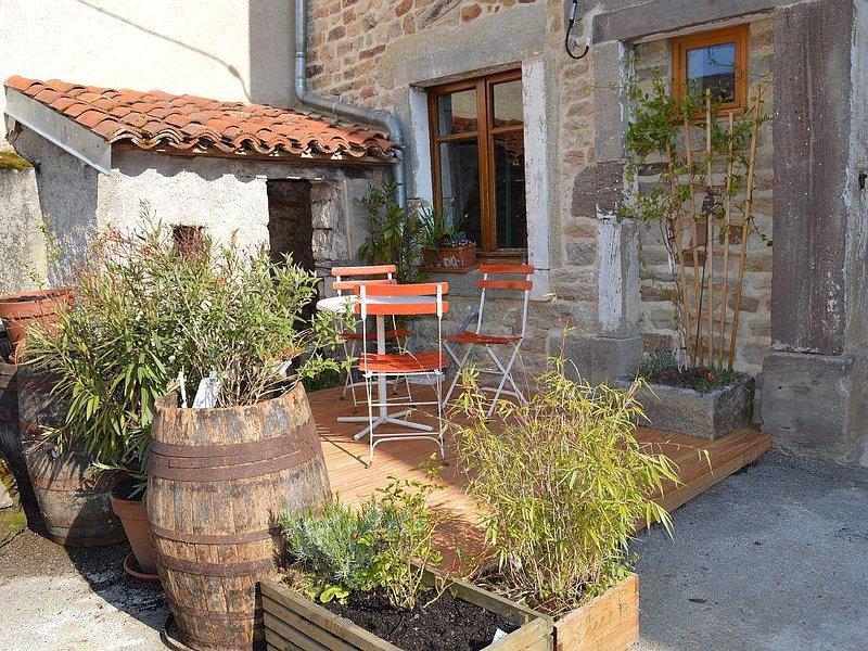 Kleines rustikales Häuschen mit Terrasse u. Hochgarten in Ortsrandlage, holiday rental in Contrexeville
