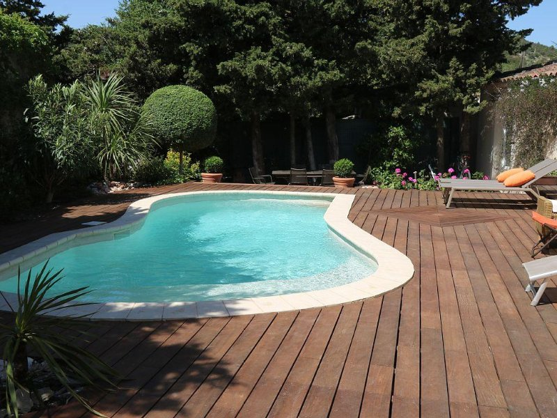 Jolie villa pleine de charme, 4 personnes, 2 chambres, très calme, renovée 2016, holiday rental in Villeneuve-les-Avignon