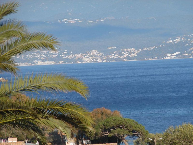 AJACCIO, SOLEIL, CALME, NATURE: UNE RESIDENCE PRESERVEE A 100M DE LA MER, vacation rental in Villanova