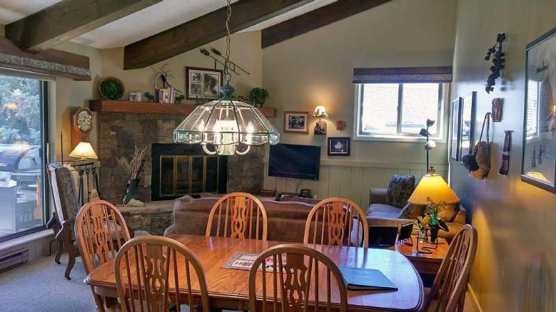 Remodeled Condo w/ FREE WiFi, Heated Pool, Hot Tubs, Skier Shuttle, location de vacances à Avon