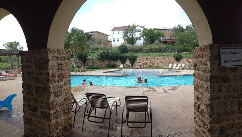 Furnished Luxury Home Near Six Flags / La Cantera / Rim! Pool in Gated Community, vacation rental in Hollywood Park
