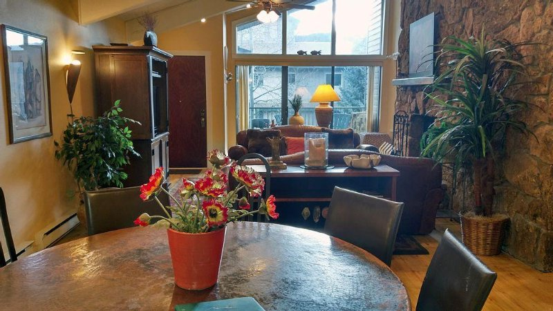 Spacious Condo w/ FREE WiFi, Parking, Heated Pool, Hot Tubs, Skier Shuttle, – semesterbostad i Avon