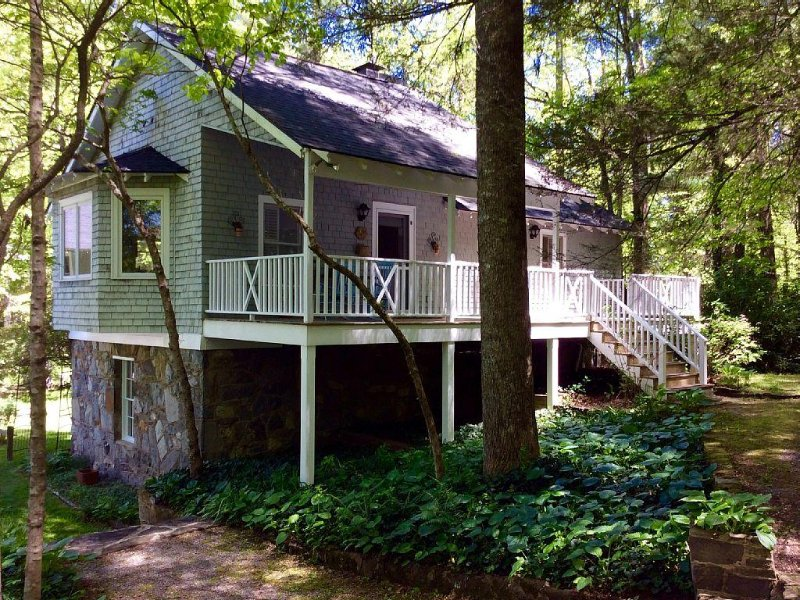 Lake Summit Nest, peaceful retreat with dock & boathouse on cool, clean lake, holiday rental in Saluda