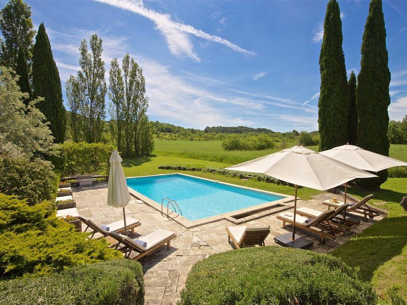 Beautiful renovated Artist's farmhouse in Provence, large heated pool, holiday rental in Roussillon