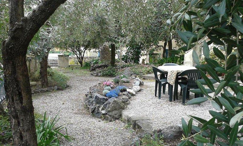 Appartamento in tipica villa liberty ideale per una vacanza tra ulivi e oleandri, casa vacanza a Levanto