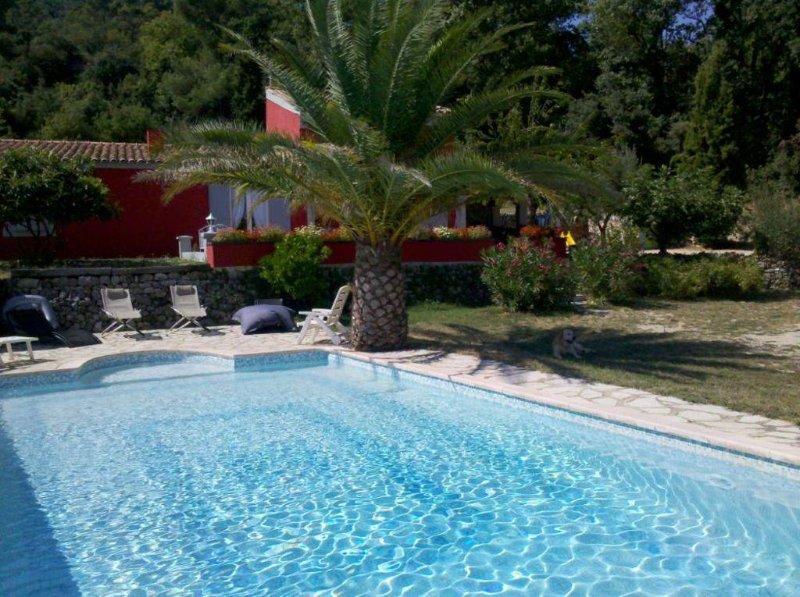 villa avec piscine sans vis à vis en plein vignoble sur 2 hectares de terrain, holiday rental in Signes