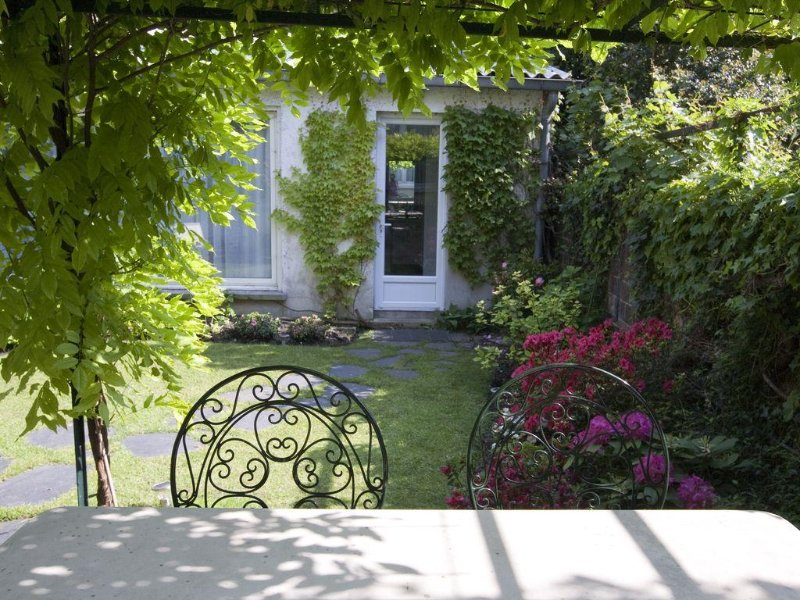 Une maison d'hôtes de charme dans un jardin à 500m de Paris, aluguéis de temporada em Malakoff