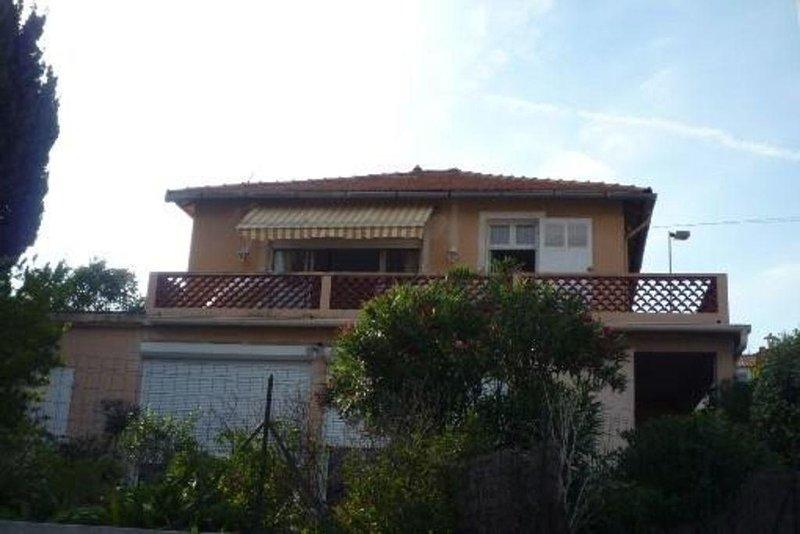 Appartement Avec Terrase Dans Villa au Calme, Face Port Et Plage, holiday rental in Cassis