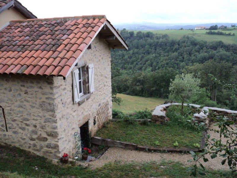 Petite Maison en pierres  proche du village d'AGNAC, holiday rental in Grand-Vabre